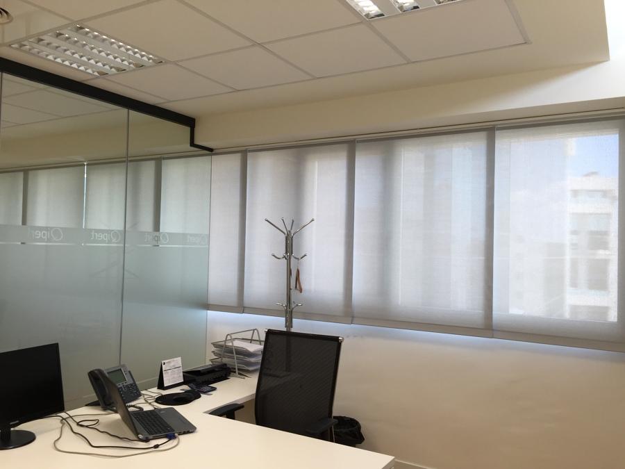 Cortinas enrollables polyscreen en oficinas tienda de estores y cortinas - Tienda de cortinas madrid ...