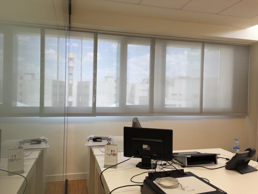 Cortinas enrollables polyscreen en oficinas tienda de for Estores para oficinas